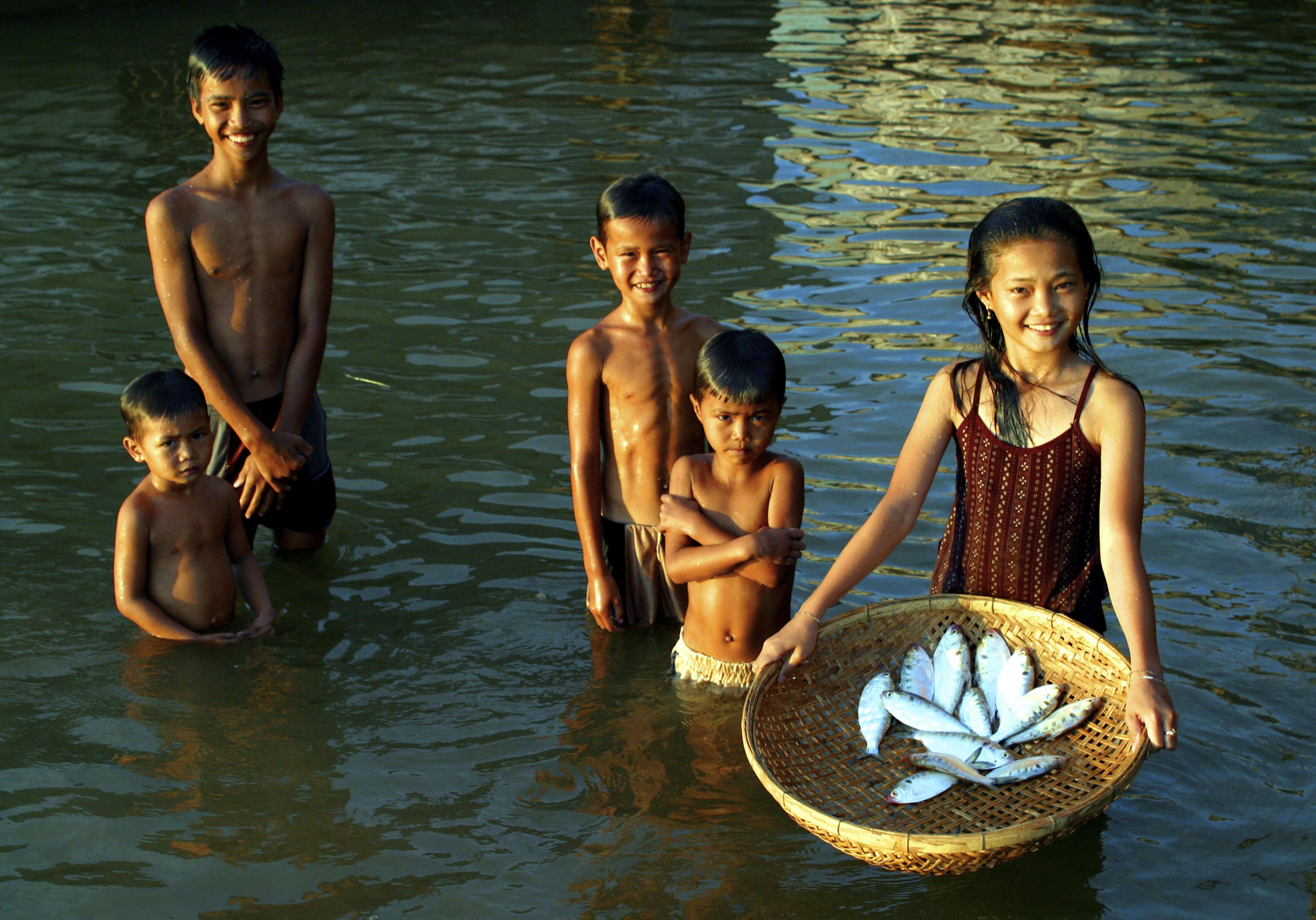 children tonle sap river, mekong shad. © WWF-Canon / Zeb HOGAN